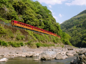 保津峡をゆくトロッコ列車